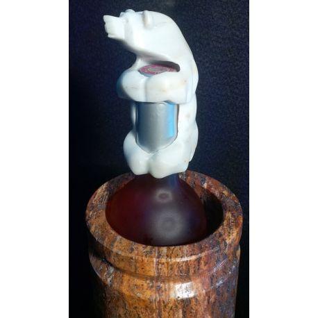 Col de bouteille en forme d'ours blanc sculpté dans le marbre
